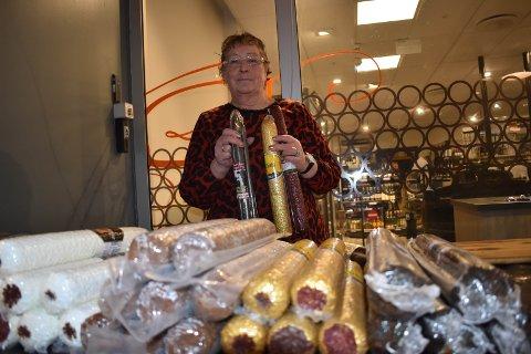 PØLSER: Sølvi Indsetviken selger pølser på Gran. Hun håper salget går bedre etter at folk har fått trygda.