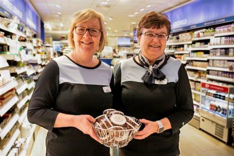 25 ÅR: Hilde Melbostad (t.v) og Mona Hvinden har jobbet ved apoteket på Granstunet siden det startet for 25 år siden.