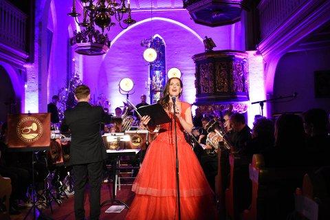 PRAKTFULL MUSIKK: Gunda-Marie Bruce og Jaren hornmusikkforening for at hadelendingene forlot Tingelstad kirke med det enhver er ute etter natt til juleaften, lave skuldre og julestemning.