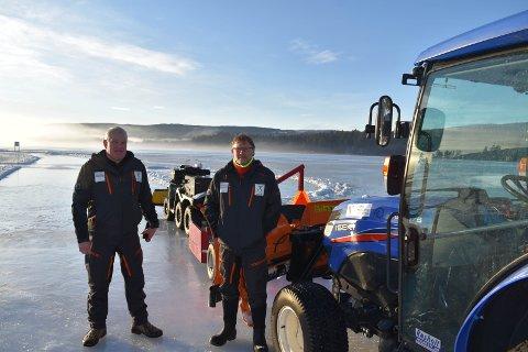 TRAKTOR: Geir Nodeland (til venstre) og Svein Gunnar Sørum i Harestua skøyteglede med traktoren som er delvis finansiert etter jobb i forbindelse med James Bond-filmen som har premiere i april 2020.