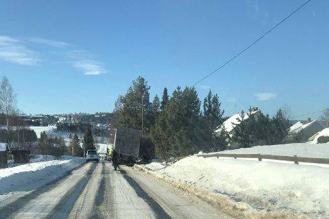 KJØRT UT: En lastebil  har havnet i grøfta.