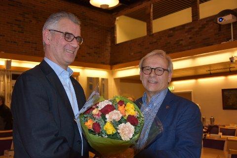 Takk og blomster: Varaordfører Kent H. Arntzen flytter fra Gran, og har søkt fritak fra alle politiske verv. Her takkes han for innsatsen, av ordfører Willy Westhagen. Det jobbes med å finne ut hvem som skal bli ny varaordfører.