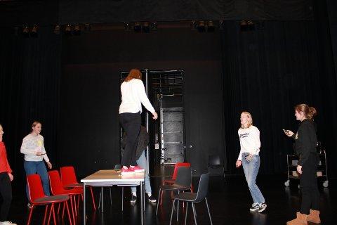 DANSER PÅ BORDET: Det trengs noe mer øving, men stemninga kan ingen klage på. Fra venstre: Kristin Fægri, Helene Rækstad Hanssen, Marthe Lund, Tonje Larsen og Anna Aaserud.