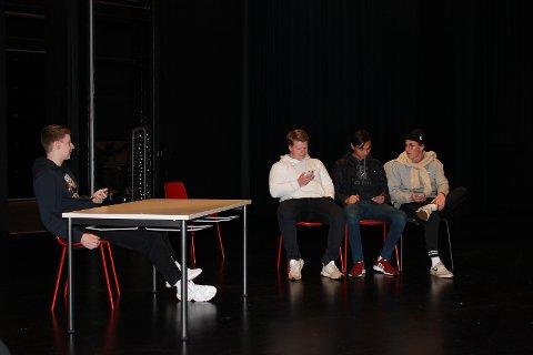 TINDER: Gutta har sketsj om hvordan datingappen Tinder har endret datinglivet. Fra venstre: Johannes Granaasen, Simen Munkerud, Cristoffer Lium Kvernstad og Anders Tøftum Olerud.