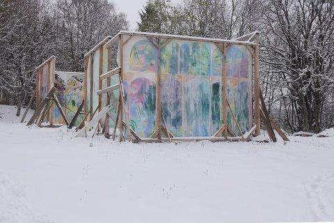 NATUREN SETTER SPOR: Disse veggene har stått ute i vær og vind på Grindvoll. Nå kler de et av rommene på Kunstnerforbundet i Oslo.
