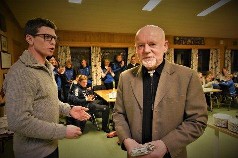 ÆRESMEDLEM: Hans Kolkinn ble utnevnt som æresmedlem av SÅS under arrangementet på klubbhuset onsdag kveld. Her sammen med klubbleder Espen Grina, som overrakte det synlige beviset til 70-åringen.