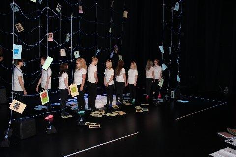 MATCHENDE ANTREKK: Elevene står selv bak all scenografien.