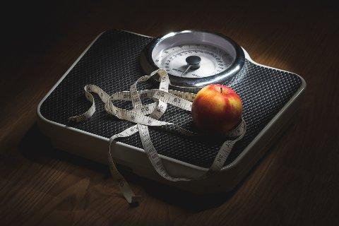 Hvis du har en BMI mellom 25 og 29,9, er anbefalingen fra fedmeekspert Jøran Hjelmesæth at du lar være å slanke deg, men heller fokuserer på å holde vekta.