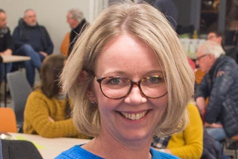 DUELL: Anne Bjertnæs møter Henrik Aasheim til duell om fraværsgrense i ungdomsskolen.