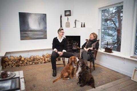 Tove Hirth og Karianne Gruer Torp har brukt ett år på å forberede utstillingen på Sundvolden Hotel. Nå gleder de seg til å vise frem resultatet.