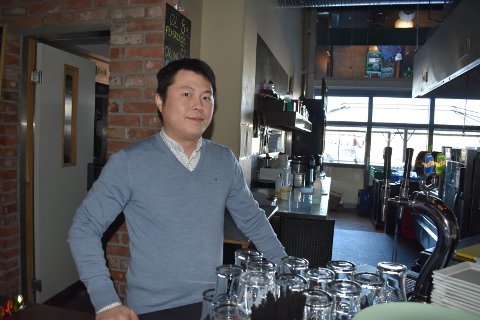 KREVENDE: – Det er ingen dans på roser å drive restaurant og nattklubb i disse tider. Heldigvis er folk flinke til å kjøpe takeaway, sier Cao Yunxiang.