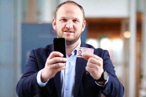 – Nå blir førerkortet digitalt, sier samferdselsminister Jon Georg Dale.