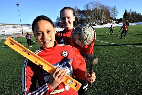 KLARE: Anna Johnsen og Mari Sevalrud er klare til seriestart. Fotball er en fin adspredelse for jentene, som yrkesmessig går hver sin vei. Anna skal bli tømrer – Mari lærer.