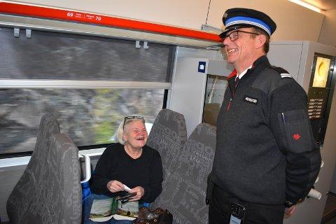ROS: Rolf Jarle Korslien får ros fra kundene. Torill Blybakken trives som togpendler på Gjøvikbanen.