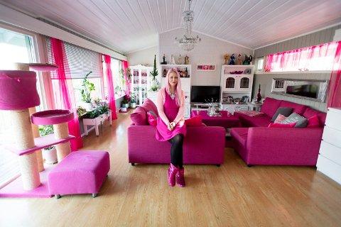 Susanne Rosa Fjelleim og hennes samboer Redjo Ademovic viser fram sitt rosa hjem i Gravdalsveien 10 i Lier