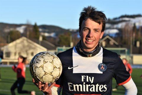 BYTTER: Anders Sønsteby Flaagen koser seg på fotballbanen når snøen smelter i skitraseene. 20-åringen elsker fotball, og spesielt Arsenal. Men om han er å finne i startelleveren til Thorstein Molden i seriepremieren mot Toten, er han usikker på.