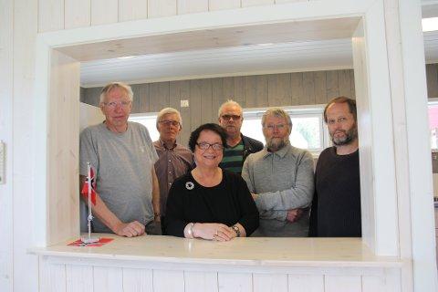DEN HARDE KJERNE: Denne gjengen har pusset opp det gamle bowlinglokalet. Foran: Aud Teslow. Fra venstre bak: Håkon Skjervum, Karlo Engely, Ole Langbråten, Olav Stuenes og Vidar Holterbakken.