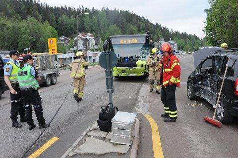 Ingen personer er meldt alvorlig skadet etter kollisjonen mellom bus og privatbil på Gjelleråsen i morgenrushet tirsdag.