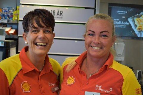 BLIDE: – Vi elsker køer, sier Linda Moen Sjøvik (til venstre) og Maren Kristine Moger ved Shell på Gran.