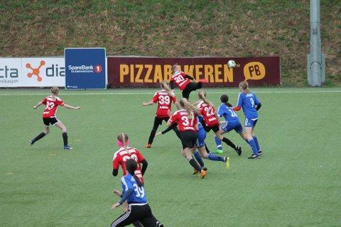 STO PÅ: Jentene fra Hadeland vant ikke kampen, men lot likevel Lillehammer-jentene merke at de har det i seg.