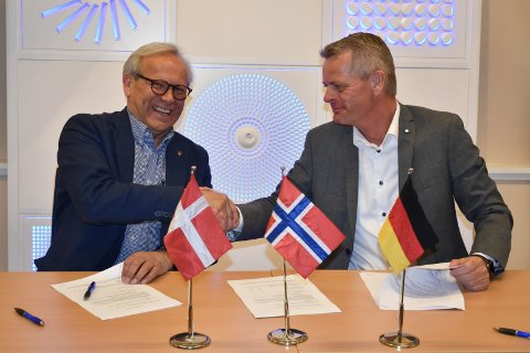 TOMTESALG: Daværende ordfører Willy Westhagen signerte kontrakten med administrerende direktør i Trox Auranor, Peter Sønderskov i mai 2019.