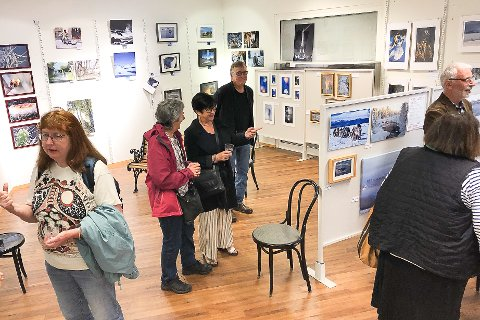 VERNISSAGE: Gran kunstforenings fotoutstilling åpnet på Smietorget fredag.