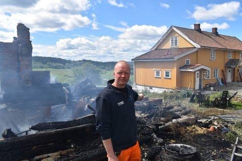 SMÅ MARGINER: - Uten brannvesenet sin kjempejobb kunne hovedhuset brent ned, sier eier av gården, Kjetil Roen Kittelsrud.