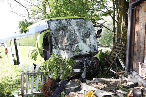 STORE SKADER: Bussen er påført omfattende skader etter å ha truffet en garasje langs Steinsletta.