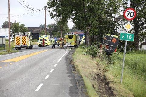 HOLE: En buss kjørte av veien på E16 Steinssletta.