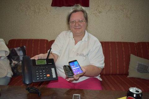 PRØVER: Hilde Kristin Smerud har flere mobiltelefoner og ulike leverandører. – Nettet er mildt sagt dårlig, sier hun.