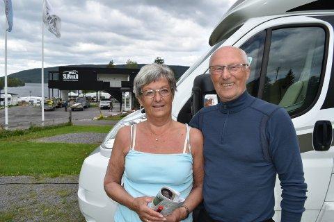 FORNØYDE: - Bursdagsfeiringen på Hadeland ble veldig fin, sier ekteparet Leif og Lillian Karlsen fra Troms.