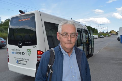 NY VURDERING: Kåre Lundar fra Gran mener busstilbudet bør vurderes på nytt. - Dette blir feil så lenge politikerne snakker om å ha et godt kollektivtilbud, sier Kåre Lundar.