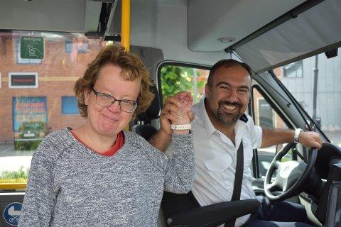 GOD STEMNING: Bussjåfør Idris Hamzaey håper Odveig Anita Dahl Johansen og de andre som bruker Servicebussen får beholde tilbudet seks dager i uka.