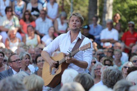 Gaute Ormåsen inntar Velparken og Eina når Einadagene sparkes igang. Her under konsert på Rudshøgda