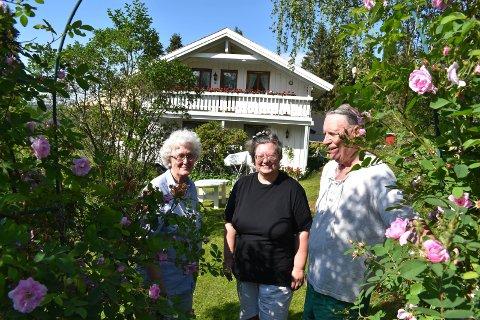 HENNUNG: Familien Smerud er først ut i Hadeland sin nye serie - hjemmet mitt. Fra venstre: Randi, Hilde Kristin og Harry Smerud.