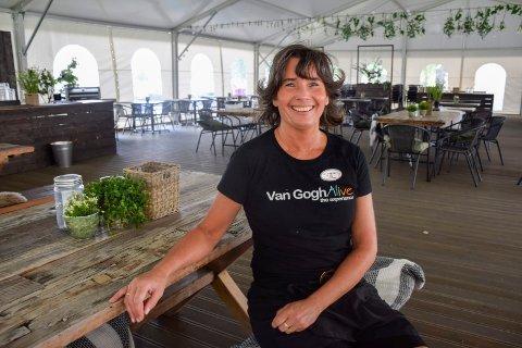 I TELTET: Rita Bakken ved Bakeriet er strålende fornøyd med det nye teltet på Hadeland Glassverk.