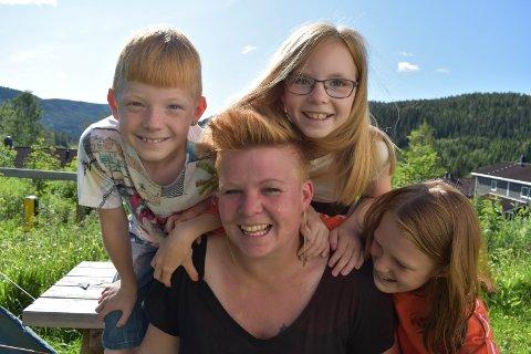 TURFAMILIE: Mor Anne-Gunn Gjerdingen sammen med tvillingene Halvar og Kristin og Ingunn.