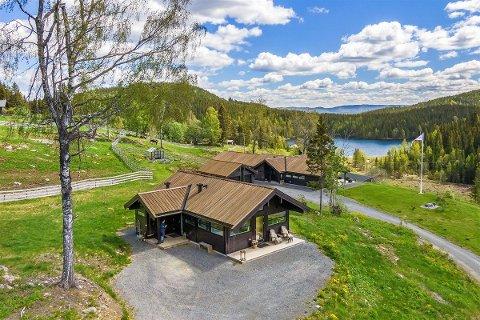 BYGG PÅ EIENDOMMEN: Kårbolig i forgrunnen, hovedhuset bak og utsikt mot Svea.