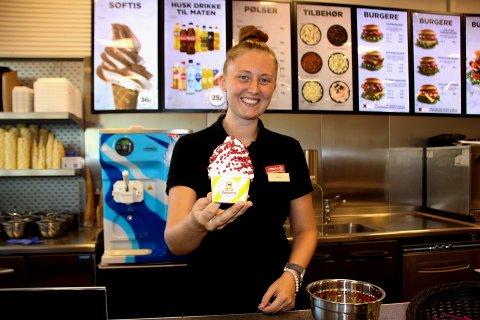 SPENNENDE: Maria Grinaker jobber på Circle K Brandbu og forteller at mange synes det er spennende å prøve nye typer strø på softisen sin.