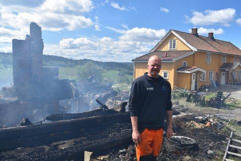 BYGGE OPP: Slik så det ut dagen etter at kårboligen brant. Nå vil bonde Kjetil Roen Kittelsrud bygge opp igjen sveitservillaen som brant.