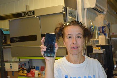 BILDER: Tamara Külföldi opplever at ungdommer kommer med bilder på telefonen når de skal vise legitimasjon.