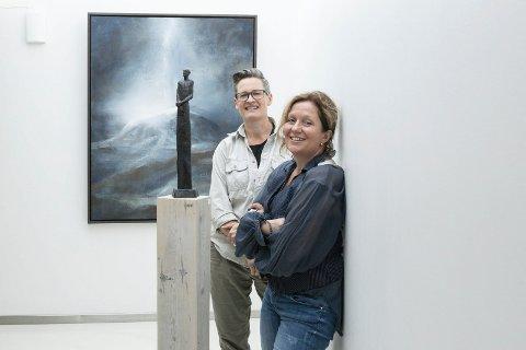 SUNDVOLDEN HOTELL: Karianne Gruer Torp og Tove Hirth stiller nok en gang ut kunsten på Sundvolden hotell. - Sist solgte vi for over en million på to dager.