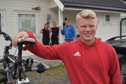 FLYTTEKLAR: Mandag var flyttedag for Aksel Berg Sandin. Med sykkel og henger gikk ferden til ny skole på Hamar. – Det er litt rart, men sånn må det være, sier foreldrene Christian og Lisbeth og storesøster Kine.