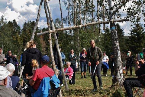 IKKE SNORKLIPP: ...men busk, som ordfører Harald Tyrdal fikk utfordringen med å klippe under åpningsfesten søndag.