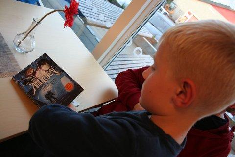 Kristian Furulund (7) er en av mange leselystne barn som har deltatt på Sommerles 2019.