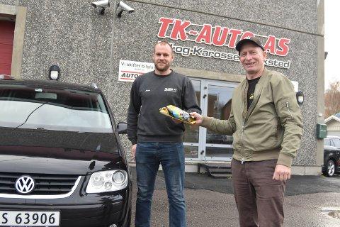 ROS: Jørgen Johnsrud (til venstre) ved TK Auto på Roa sørget for at den skadede personbilen ble reparert på rekordtid. – De har gjort en utrolig innsats og fortjener en påskjønnelse, sier den uheldige bilbergeren, Svein Arne Fredriksen.