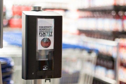 HANDSPRIT: Nylig måtte en kunde fjernes med makt fra en dagligvarebutikk, fordi han nekta å sprite hendene.
