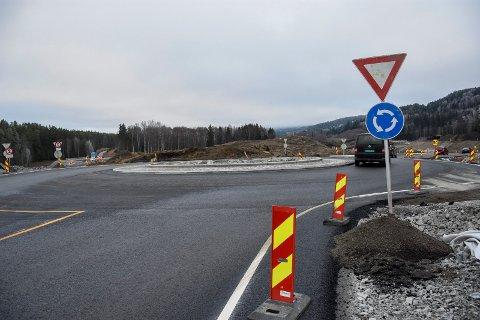 NY RUNDKJØRING: Dette er den ene av to nye rundkjøringer som trafikken nå går på ved Kleggerud, som ligger ved fylkesvei 241 mellom Jevnaker og Åsbygda.