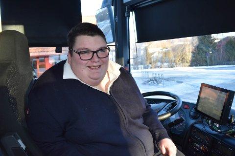 STILLESITTENDE JOBB: Margrethe trives godt i jobben som bussjåfør, selv om jobben er stillesittende. Dette bildet er tatt for nesten ett år siden. Da var hun over 180 kilo.