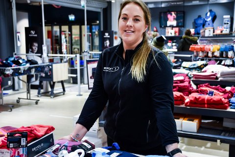 SATSER FRISKT: Silje Sandberg trapper sterkt ned på jobben på Sport1 i Sandberg sport og satser med liv og sjel på matlaging.